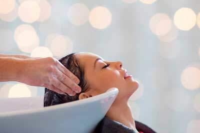 Velvære, hodebunnsmassasje hos frisør i Oslo